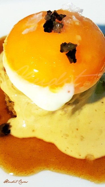 Yema sobre bizcocho de boletus y vino caramelizado | Bar Eslava, Sevilla